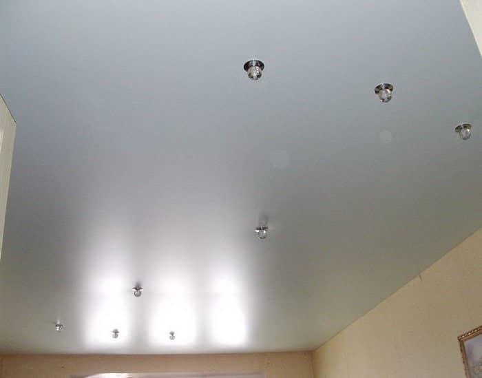 Сатиновый потолок смотрится довольно красиво, аккуратно и практично