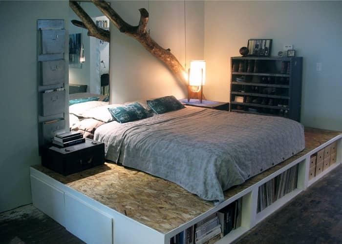 Кровать-подиум будет хорошо смотреться в большой спальне, однако и для маленькой спальни найдутся свои решения