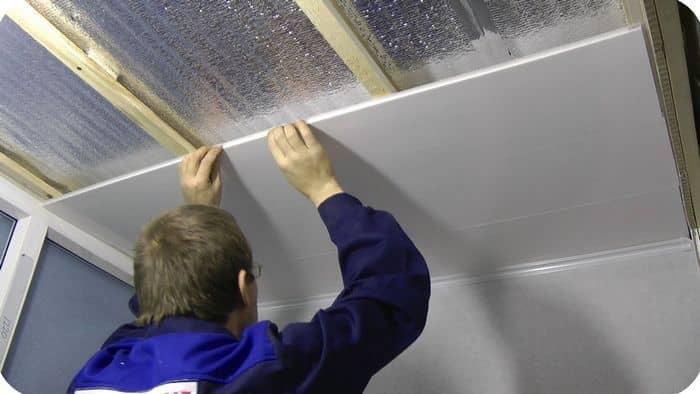При большом желании пластиковый потолок в ванной можно установить самостоятельно