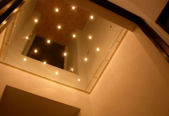 Зеркальный натяжной потолок станет изюминкой любого помещения