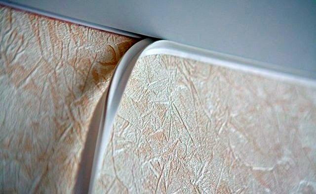 Маскировочные ленты представлены широким ассортиментом и являются весьма гибким изделием, благодаря чему их можно устанавливать даже на криволинейные поверхности