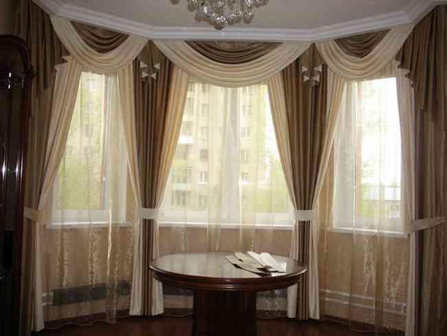 Портьеры в гостиной должны быть красивыми, ведь это первое, на что обращают внимание в комнате
