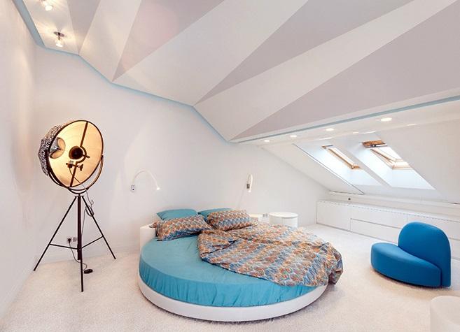 Если площадь мансардного или чердачного помещения позволяет, то одной из лучших идей использования этого пространства станет обустройство там спальни.
