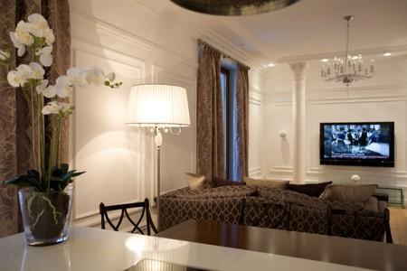 Гостиная в современном классическом стиле оформляется в определенном цвете и с красивой мебелью