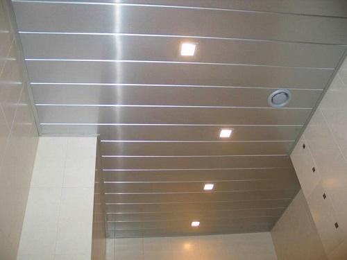 Алюминиевый потолок - практичное и долговечное покрытие, не требующее особого ухода в процессе эксплуатации