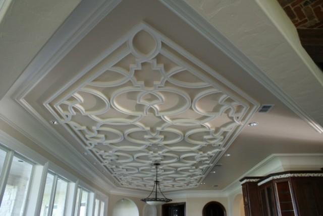 С помощью лепнины можно не только создать неповторимый интерьер в доме, но и скрыть недостатки потолка