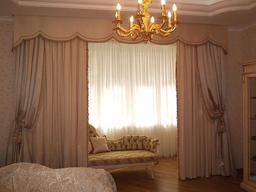 Шторы в спальне создают приятную атмосферу покоя и умиротворения
