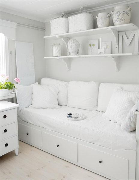 Белая мебель в гостиной создает атмосферу свежести, комфорта и уюта