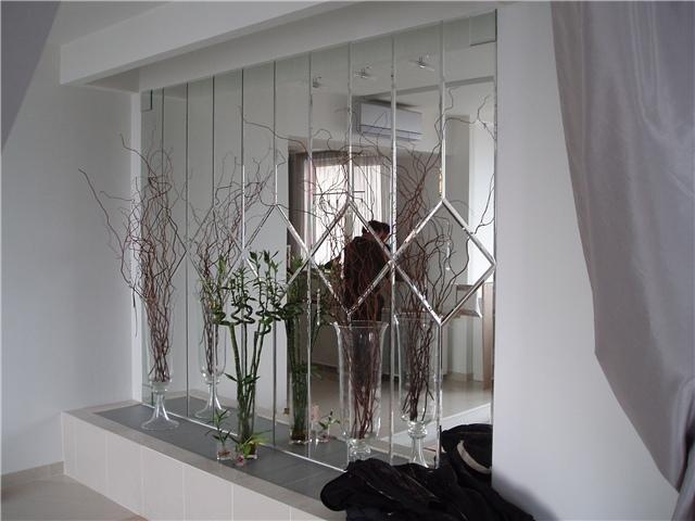 Визуальное расширение пространства - одно из главных преимуществ использования зеркального панно