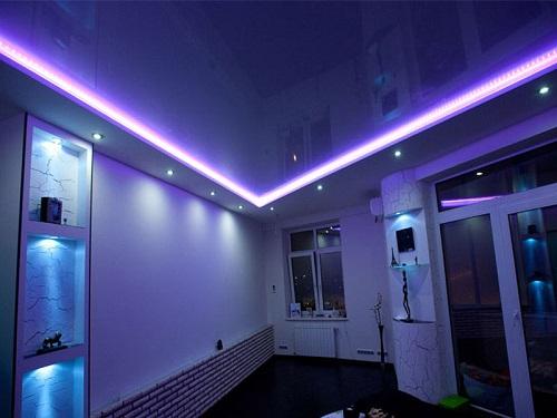 Потолок с подсветкой, размещенной по периметру, смотрится очень эффектно и гармонично