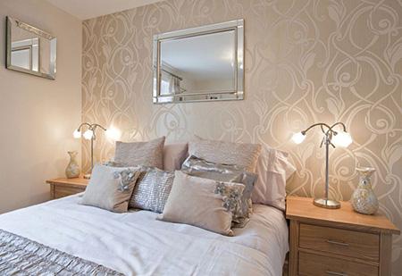 Обои в интерьере спальни являются одним из важнейших элементов, так как благодаря правильно подобранной цветовой гамме можно выделить преимущества даже небольшой комнаты