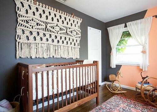 Плетеное изделие в технике макраме создает в спальне или детской комнате атмосферу тепла и уюта