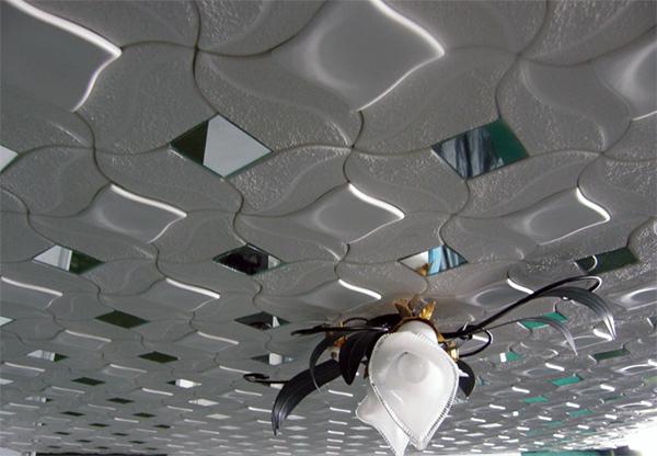 Пенопластовая плитка для потолка прекрасно сочетается с различными элементами интерьера