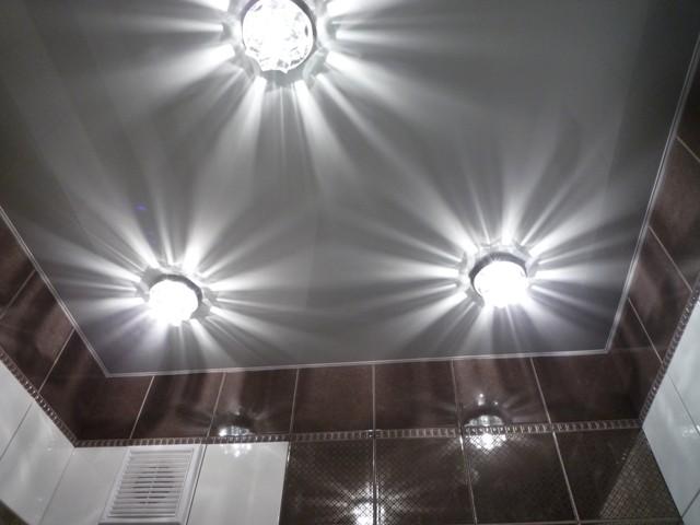 Монтаж освещения в ванной комнате с натяжным потолком лучше доверить профессионалам