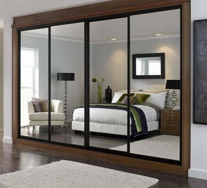 Шкаф-купе с зеркальными дверцами является не только практичной мебелью, но и выступает в качестве современного предмета интерьера