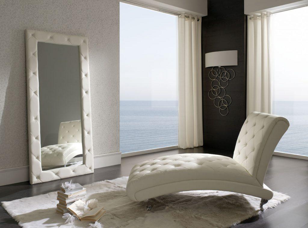 Кресло в спальне может быть как декоративным, так и функциональным предметом интерьера