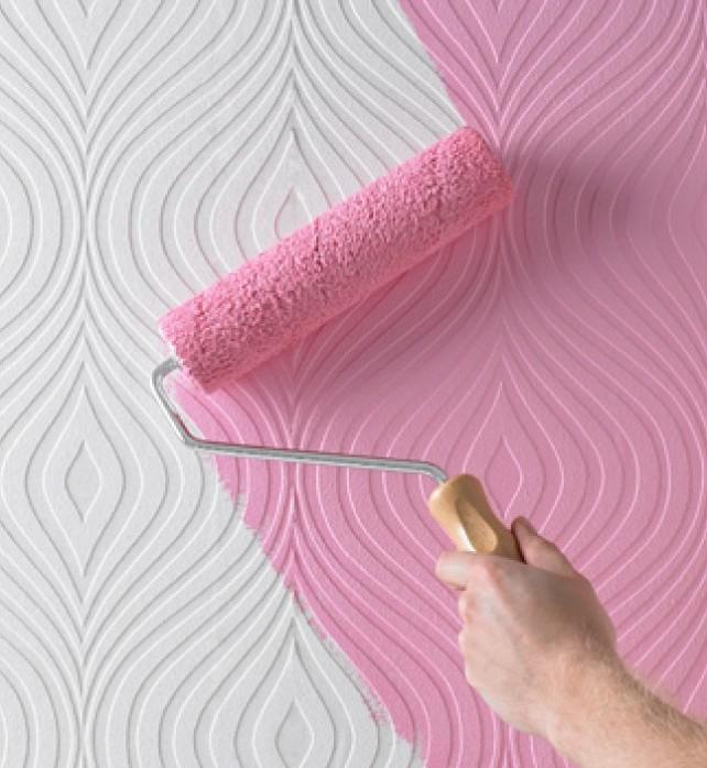 Обои под покраску на потолке хороши тем, что в любой момент надоевший цвет можно обновить без особых трудностей