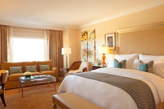 Современная спальня - это стильная комната с красивой мебелью и уютной атмосферой