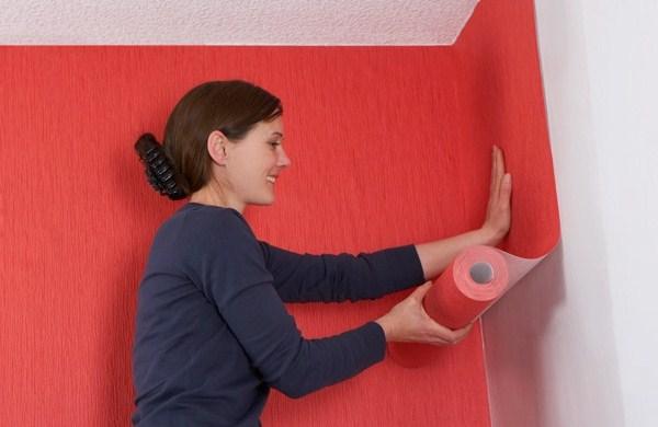 Поклейка флизелиновых обоев проста тем, что клей наносится лишь на одну из поверхностей