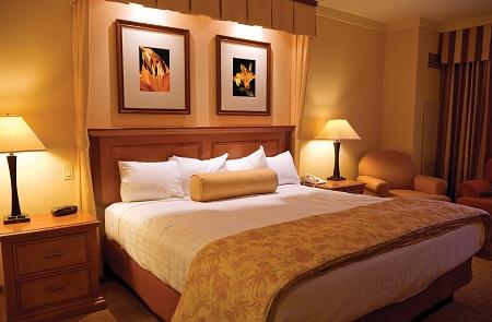С помощью правильно подобранных картин можно существенно улучшить интерьер спальни, сделав его комфортным и уютным