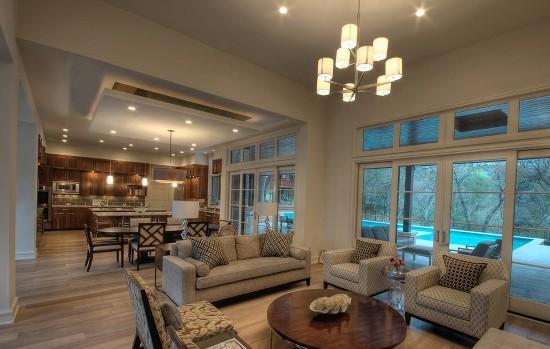 Гармонично обустроенная гостиная в загородном доме создает приятную и уютную атмосферу
