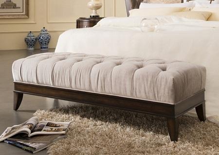 Банкетка с мягкой обивкой способна придать спальне шика и дороговизны