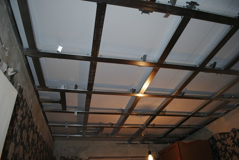 Пластиковый потолок будет долговечной и практичной конструкцией