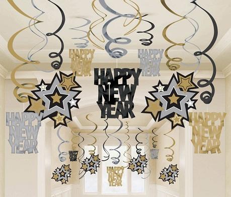 Украшенный потолок к Новому году придает квартире праздничной атмосферы и поднимает настроение хозяевам дома