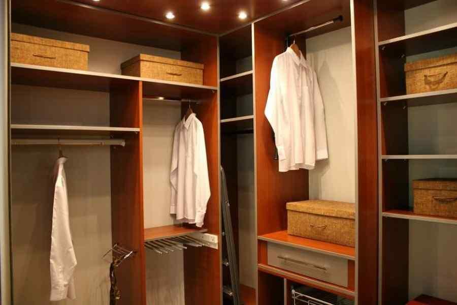 В малогабаритном жилье кладовка, превращённая в многофункциональную гардеробную, будет отличным вариантом