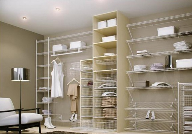 Сделать гардеробную удобной и функциональной можно при помощи практичных стеллажей