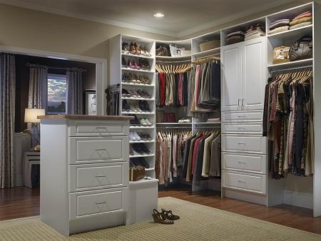Для гардеробной комнаты необходимо отводить столько места, сколько будет достаточно для расположения предметов мебели: шкафчиков, полок, стенок