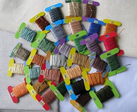 Существует широкое разнообразие ниток для вышивания крестиком, отличающихся по толщине, цвету и материалу, из которого они изготовлены