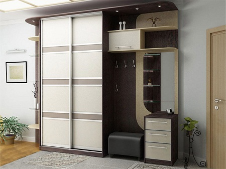 Шкаф в прихожей является многофункциональным предметом мебели, который обладает прекрасными эксплуатационными качествами