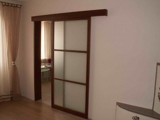 Стильно преобразить интерьер гостиной можно при помощи красивых раздвижных дверей