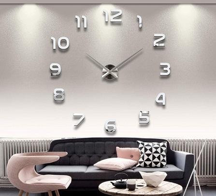 Большие настенные часы способны придать гостиной оригинальности и сделать ее более функциональной