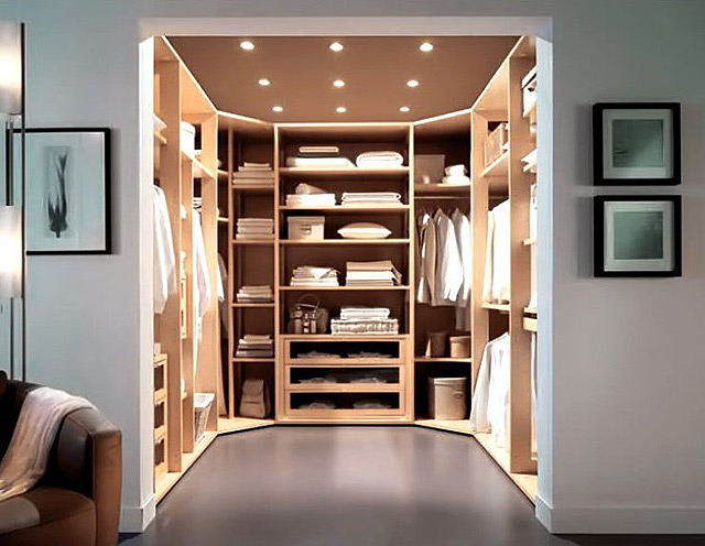 Гардеробная является удобным и практичным местом для хранения одежды в квартире