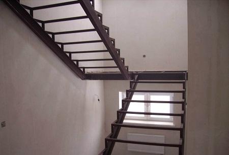 Металлический каркас для лестницы отличается хорошими эксплуатационными качествами и длительным сроком службы