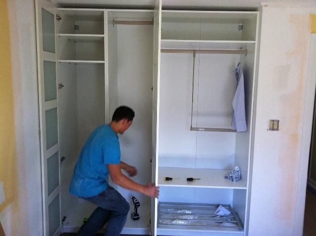 Изготовление самодельного шкафа из гипсокартона, имеющего раздвижные дверцы, обеспечит экономию денежных средств и позволит удовлетворить личные потребности всех членов семьи