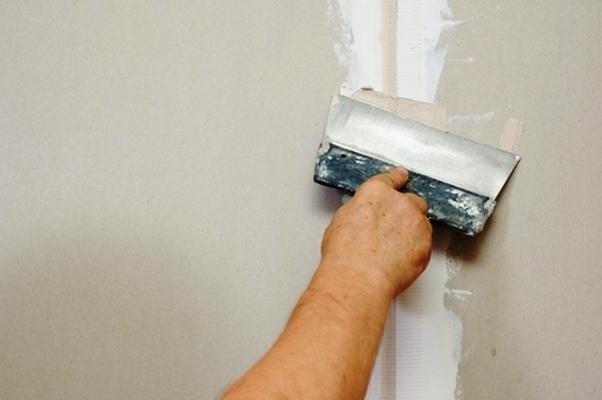 Заделка швов на гипсокартонном листе является обязательным и важным этапом при проведении ремонтных работ