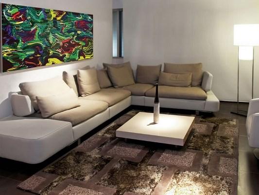 Сделать гостиную комфортной и удобной можно при помощи красивого практичного дивана