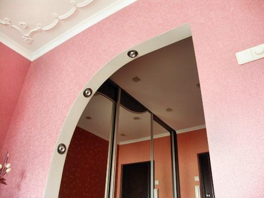 Сделать интерьер помещения стильным и оригинальным можно при помощи декоративной арки
