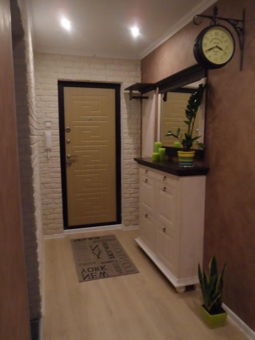 Продуманный до мелочей ремонт в узкой прихожей способен сделать довольно функциональное помещение