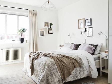 Спальня, выполненная в скандинавском стиле, выглядит элегантно и в то же время строго