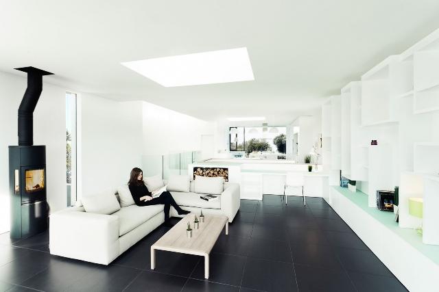 Темный пол служит идеальным фоном для белоснежной мебели, но излишек мрачных предметов в интерьере будет создавать унылое настроение