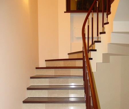 Существует широкое разнообразие отделочных материалов, с помощью которых можно сделать лестницу более практичной и красивой
