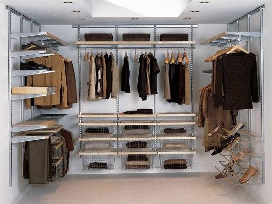 Гардеробная является достаточно практичной, поскольку в ней можно спрятать практически всю одежду и обувь