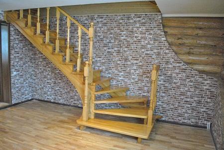 Лестница из сосны обладает хорошей прочностью и привлекательным внешним видом