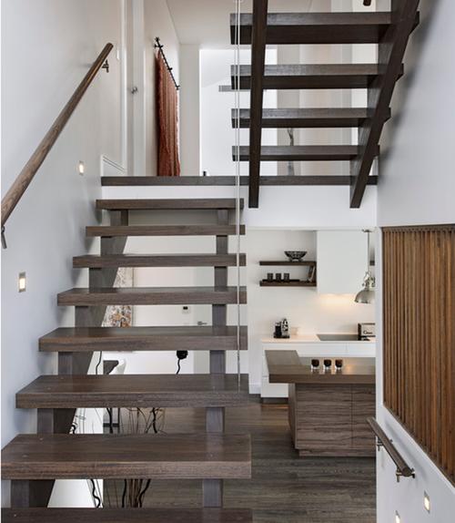 Основная особенность двухмаршевой лестницы — наличие промежуточной площадки между пролетами