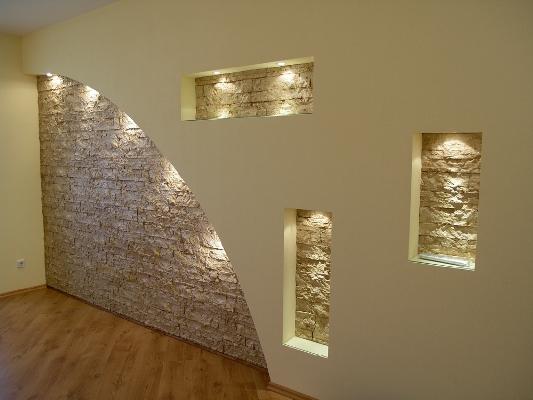 Красивая гипсокартонная стена способна украсить интерьер гостиной