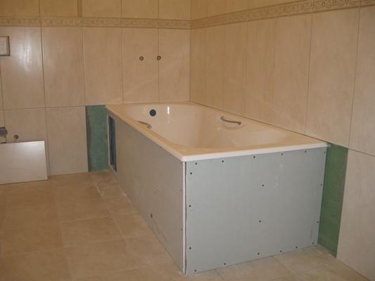 Преобразить ванную комнату и сделать ее комфортной можно при помощи гипсокартонного короба